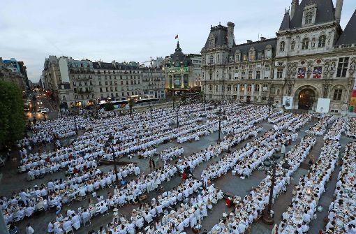 8000 Pariser picknicken vor Rathaus