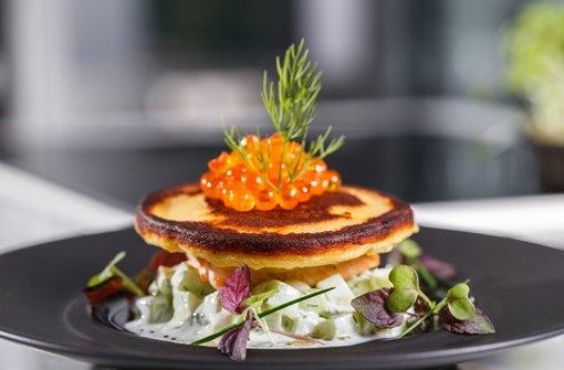 Kartoffelblinis mit Lachs und Gurkensauerrahm