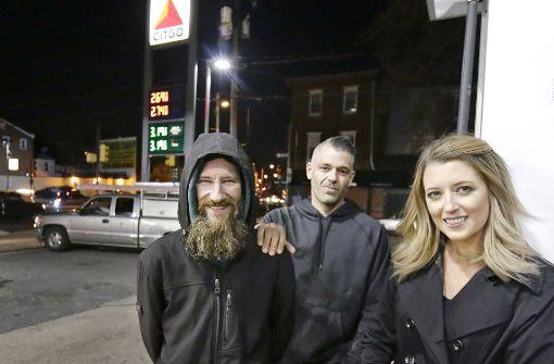 Obdachloser hilft Frau aus der Patsche und wird belohnt