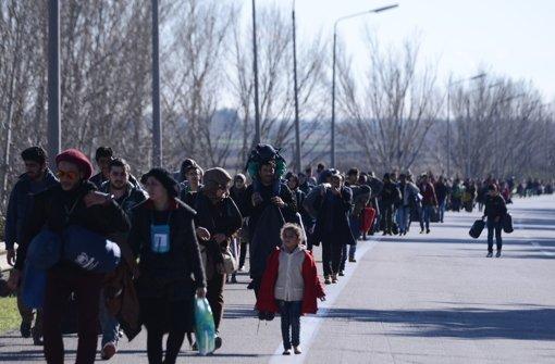 Flüchtlinge in Griechenland auf dem Weg nach Mazedonien. Foto: AP