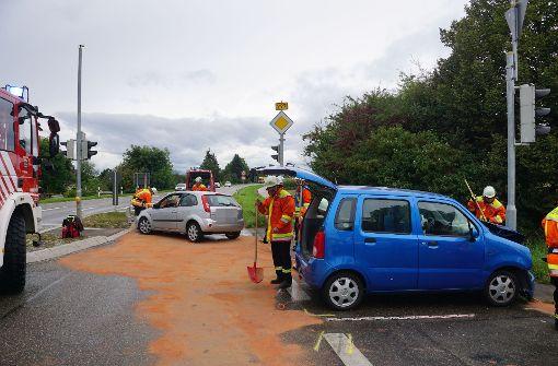 Die Feuerwehr musste die ausgelaufenen Betriebsstoffe binden. Foto: SDMG
