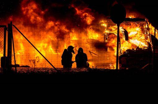 Reisebus brennt komplett aus