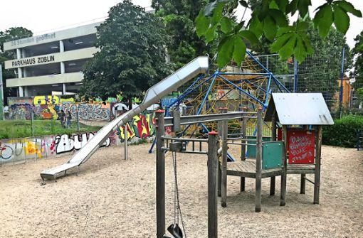 Nicht nur Kinder nutzen den Spielplatz am Züblin-Parkhaus gerne. Abhängige spritzen sich dort in aller Öffentlichkeit  Heroin und hinterlassen blutige Spritzen. Foto: Martin Haar