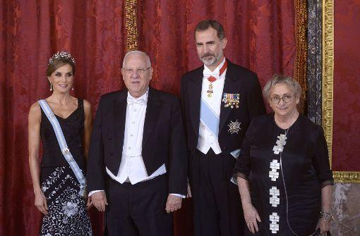 bDer spanische König Felipe VI (zweiter von rechts) und Königin Letizia (links) empfangen den israelischen Präsidenten Reuven Rivlin und dessen Frau Nechama für ein Gala-Dinner/b. Foto: Getty Images