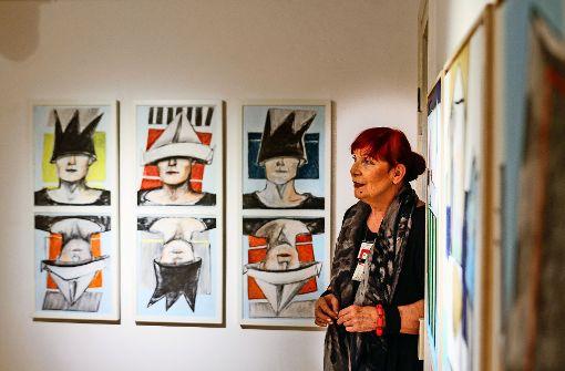 """Die """"Königsspiele"""", dargestellt auch auf den Teil-Selbstporträts im Hintergrund, sind eines der Lieblingsthemen von Marlis Weber-Raudenbusch. Foto: factum/Bach"""