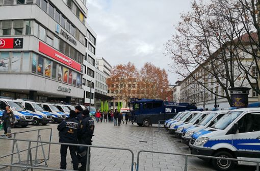 Die Polizei ist auf dem Kronprinzplatz in Stuttgart mit einem Großaufgebot vor Ort. Foto: Fotoagentur Stuttgart – Andreas Rosar