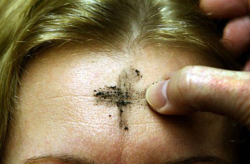 Asche-Kreuz auf der Stirn führt zu Verätzungen