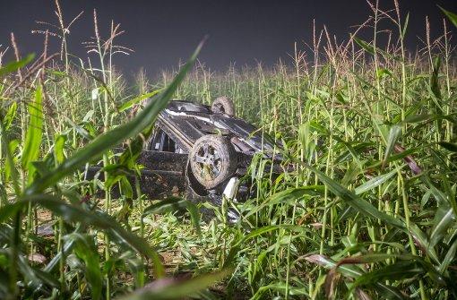Das Auto landete auf dem Dach liegend in einem Maisfeld. Foto: 7aktuell.de/Simon Adomat