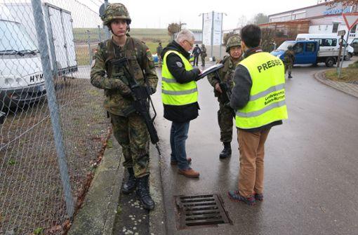 Bernd Winkler (Zweiter von links) und sein Kollege sprechen derweil mit Günther Knoblich (Dritter von links). Kevin Boll (links) sichert die Gruppe ab. Foto: Malte Klein