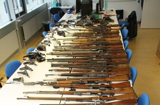 Mann bestellt Maschinengewehre an den Arbeitsplatz