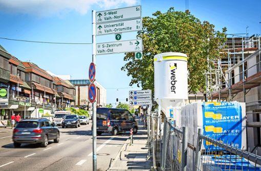 Wer das hoch montierte Schild übersieht,  fährt auf dem Radweg geradeaus weiter – und an der Kreuzung dahinter ins Nirwana. Foto: Lichtgut/Julian Rettig