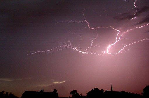 Am gefährlichsten ist es in der direkten Nähe eines Blitzkanals. Im Umkreis von etwa zehn Metern um den Einschlagsort kann ein Blitz noch Auswirkungen auf einen Organismus haben. Wer sich etwa ein bis zwei Meter um den Blitz befindet oder gar direkt getroffen wird, für den kann es tödlich enden. Etwa 50 Prozent aller Blitzopfer sterben. Meist wegen schlimmster Verbrennungen oder Herzstillstands. Foto: Leserfotograf guenther