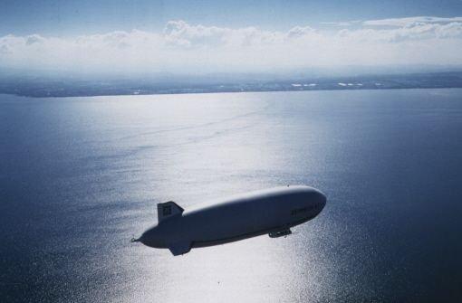 Ein Wal fliegt über den See
