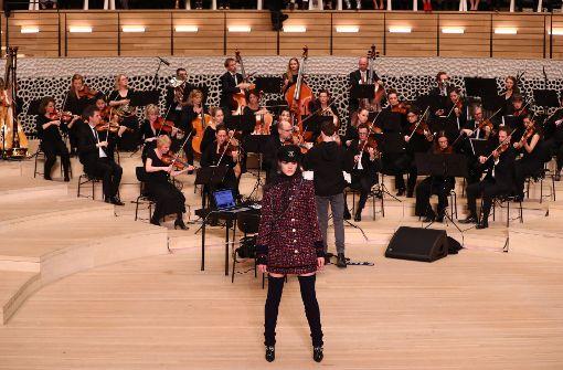 """Karl Lagerfeld huldigte mit der – im Zeichen der Handwerkskunst  stehenden – """"Métiers d'Art-Kollektion"""" seiner Heimatstadt Hamburg und ihrem spektakulären Konzerthaus. Auf der Bühne spielte ein Klassik-Ensemble, die Ouvertüre bildete der Shanty-Klassiker """"La Paloma"""" von Hans Albers. Foto: dpa"""