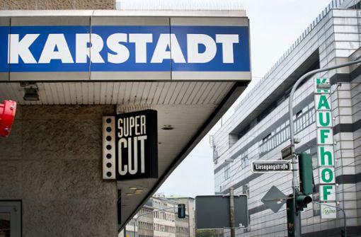 In einem solch direkten Wettbewerb wie in Düsseldorf stehen Karstadt und Kaufhof selten. Foto: dpa
