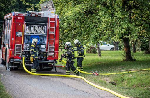 Zu einem Brand in Altbach ist die Feuerwehr am Dienstag mit fünf Fahrzeugen und 27 Einsatzkräften ausgerückt. Foto: SDMG