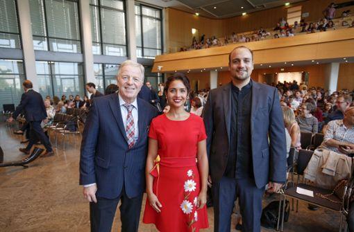 Bürgermeister Martin Schairer begrüßt die Neu-Stuttgarter: Zwei von ihnen sind Yudum Cetiner-Spitschka und Konstantinos Kosmidis. Foto: Lichtgut/Leif Piechowski