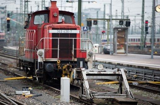 Prellbock 049 steht weiterhin auf einem Gleis am Hauptbahnhof Stuttgart. Foto: dpa