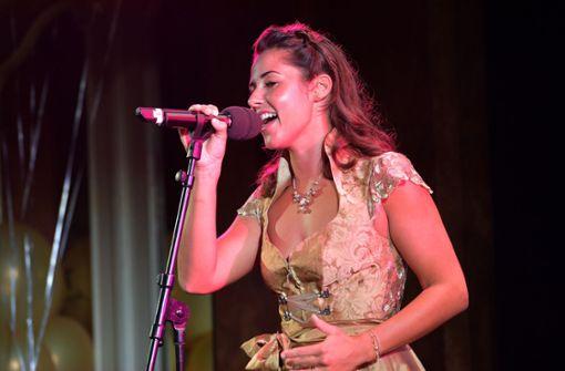 Sarah Lombardi singt Ständchen für Trachten-Label