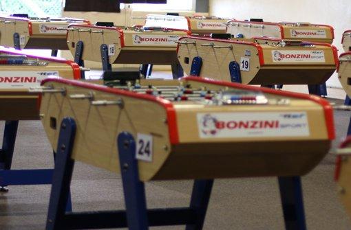 Der Bonzini ist ein ca. 103 kg schwerer aus Buchenholz gefertigter Tisch. Er besitzt als einziges Model der zugelassenen ITSF Tische Teleskopstangen und ... Foto: Divyam Ruth Täschler