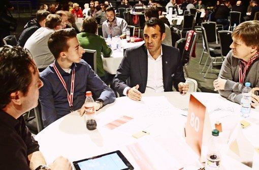 Sportvorstand Robin Dutt diskutiert mit Mitgliedern über den VfB Foto: Baumann