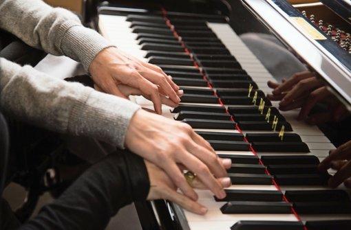 """Die Hände von Hilary Swank und Emmy Rossum in dem Drama """"Das Glück an meiner Seite"""".  Foto: Verleih"""