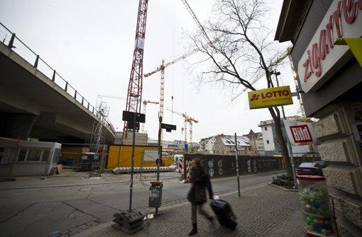 Das Gerber: Das größte Neubauprojekt an der Paulinenbrücke ist das Gerber. Ein ganzes Quartier musste dafür weichen. Von Januar 2011 an entkernten Bauarbeiter die Gebäude,  parallel wurde abgerissen, im September 2011 begannen die Arbeiten am neuen Gebäude.  Derzeit wächst der Rohbau. Projektentwickler des Komplexes aus Einzelhandel, Wohnungen,  Praxen  und Büros  ist  die Phoenix Real Estate Development GmbH. Vor einem Jahr waren rund 40 Prozent der Läden und Lokale in der  Einkaufsmeile vermietet, jetzt sind es 60 Prozent. Hier sollen vor allem  Filialisten einziehen, die es bislang nicht in Stuttgart gibt. Sie bieten Kosmetik, Schmuck und Kleidung an. Friseure, ein Feinkostladen, eine Kaffeebar und eine japanische Restaurantkette haben zugesagt. Edeka, dm,Aldi,eine Apotheke und ein Bäcker ziehen ebenfalls ein. Foto: Max Kovalenko