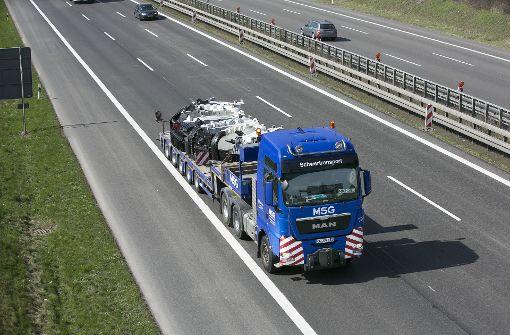 Mit Schwertransportern wurden die Bohrkopfteiel angeliefert.  Foto: Horst Rudel