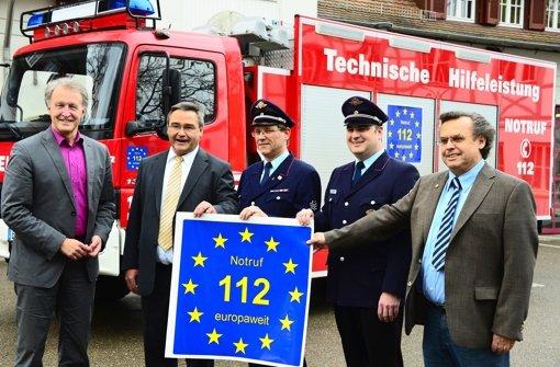 OB Roland Klenk, Nils Bunjes, Wolfgang Benz, Holger Hinze und Joachim Spohn (v.l.) werben mit dem blau-gelben Logo für den europaweiten Notruf Foto: Norbert J. Leven
