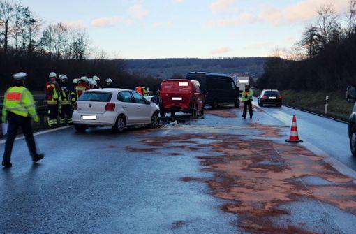 Acht Fahrzeuge in heftigen Auffahrunfall verwickelt