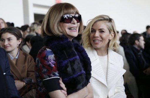 Bei Calvin Klein in der ersten Reihe: Vogue-Chefin Anna Wintour (links) und Schauspielerin Sienna Miller Foto: dpa