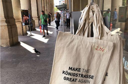 Taschen-Motiv im Königsbau mit einem Wunsch: Die Königstraße möge zu alter Größe zurück kommen Foto: Haar