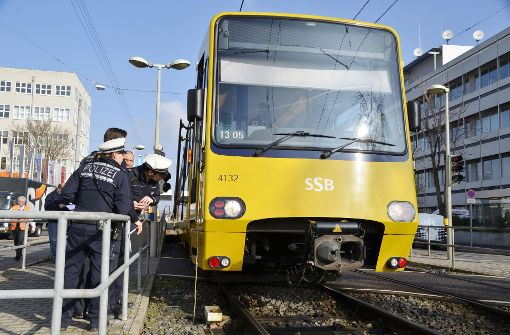 Stadtbahn prallt mit Fußgängerin zusammen