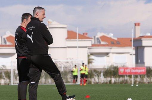 Jürgen Kramny beobachtet seine Jungs genau. Danach wird er entscheiden, wer heute gegen den VfL Bochum im Kader stehen wird. Foto: Pressefoto Baumann