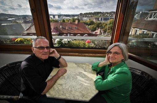 Horst-Peter und Marlies Meyer in ihrem Wintergarten mit Blick auf den Stuttgarter Hauptbahnhof. Quelle: Unbekannt