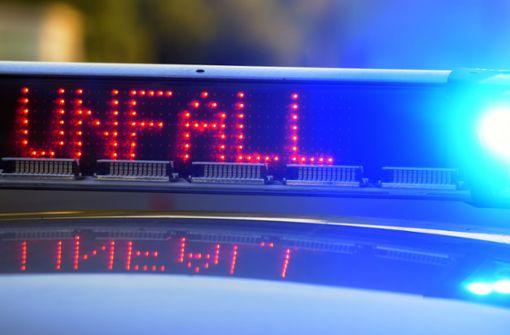 Mercedesfahrer nach Unfall gegen Ampel geprallt