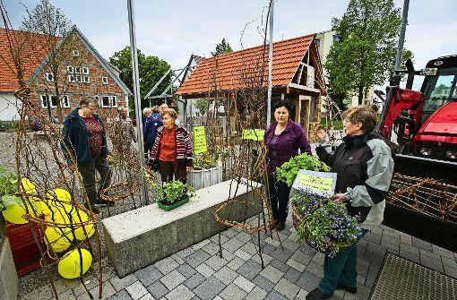 """Landfrauen """"zwingen"""" den Frühling auf den Dorfplatz"""