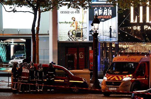 Auf der Champs-Élysées haben Polizisten und Feuerwehrmänner den Tatort abgesperrt. Foto: AFP