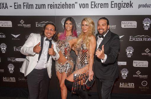 Regisseur Ekrem Engizek (links) mit den Nacktmodels Micaela Schäfer (links) und Ramona Bernhard. Foto: 7aktuell.de/Daniel Boosz