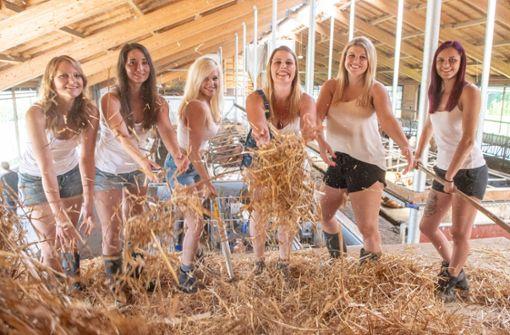 Junge Bäuerinnen in Hotpants und Gummistiefel