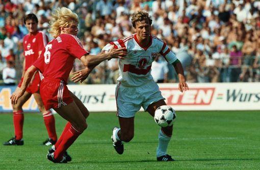 Die Abwehr führt Guido Buchwald an – der Weltmeister von 1990, der mit dem VfB zweimal die Meisterschaft holte, avancierte zum Stimmenkönig der gesamten Elf (6470 Stimmen). Foto: dpa