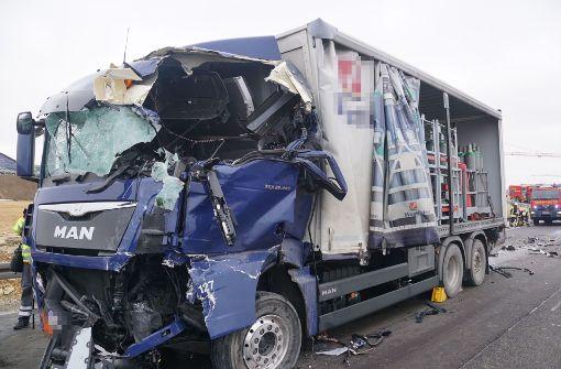 Lkw-Fahrer stirbt bei schwerem Unfall