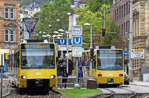 Auto stößt mit Stadtbahn zusammen