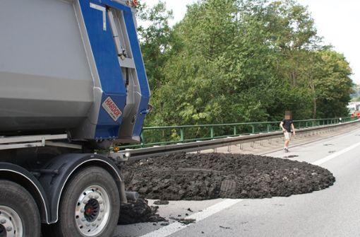 Ein Lastwagen hat bei Karlsruhe fast 25 Tonnen Klärschlamm verloren.  Foto: SDMG