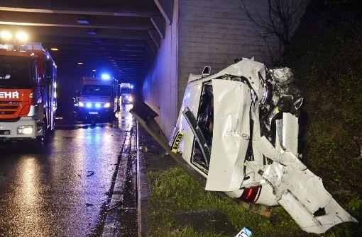 Unfall auf B27a in Stammheim: Taxi schleudert nach Zusammenstoß gegen Tunnelwand