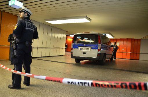 Die Polizei sperrte den Tatort in der Unterführung der Stadtbahn-Haltestelle Stadtbibliothek ab. Foto: Andreas Rosar Fotoagentur-Stuttgart