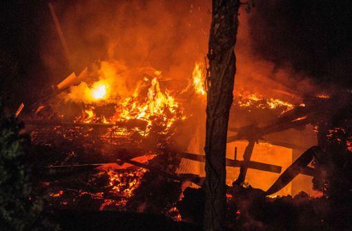 Gartenhaus brennt