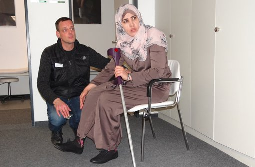 Über Ägypten und Berlin kam Eman Hamad schließlich nach Stuttgart, wo sie im a href=http://www.glotz.de/ target=_blankVital-Zentrum Glotz/a schließlich mit einer Prothese versorgt wurde. Der Orthopädietechnik-Meister Thorben Schenk nahm sich der 22-Jährigen an und steckte viel Zeit in die Arbeit mit ihr. Foto: Matthias Kapaun