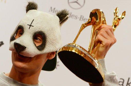 Der Stuttgarter Rapper Cro posiert mit seinem Bambi in der Kategorie Pop national für die Fotografen. Foto: dapd