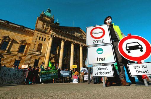 In einem ersten Schritt dürfen Diesel der Euronorm 4  in der gesamten Stadt nicht mehr fahren. Offen ist, ob dieses Verbot später auch für Euro-5-Autos gelten wird. Foto: dpa